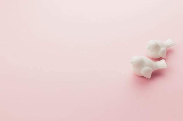 Valentine sur le rose. deux oiseaux blancs