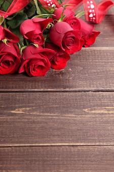 Valentine roses rouges sur planche de bois