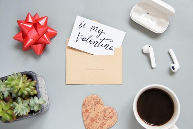 Valentines day be my valentine card avec vue de dessus d'enveloppe sur tableau gris