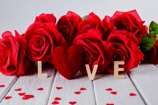 Valentines fond avec rose rouge, forme de coeur, mot de lettres en bois