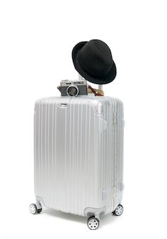 Valise avec appareil photo vintage et chapeau noir isolé