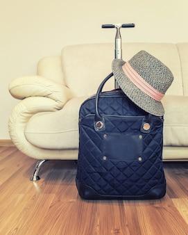 Valise et chapeau