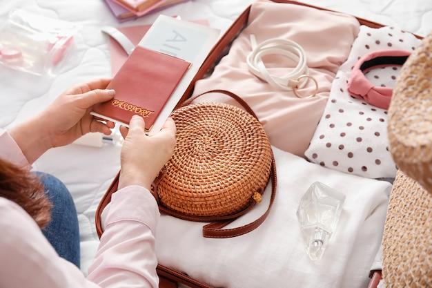Valise d'emballage femme sur lit