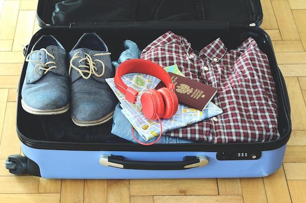 Valise emballée d'articles de vacances