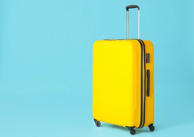 Valise emballée sur la couleur. concept de voyage