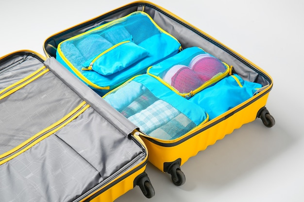 Valise et ensemble d'organisateurs de voyage avec effets personnels isolés
