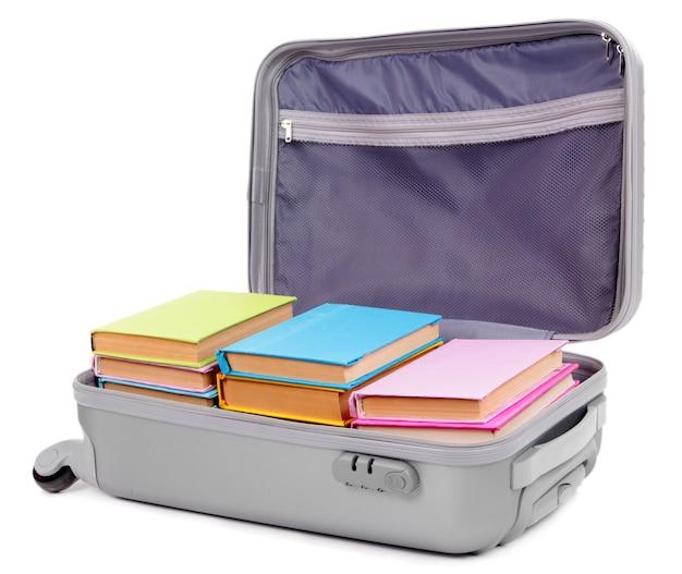 Valise avec des livres sur blanc