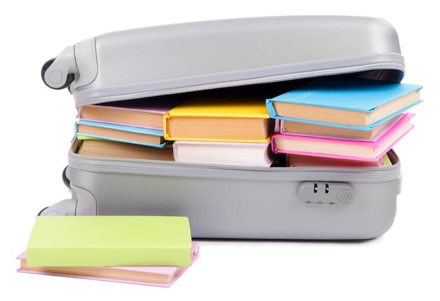 Valise avec des livres isolés sur blanc