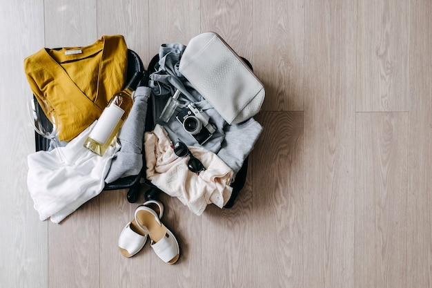 Valise ouverte pleine de vêtements d'été