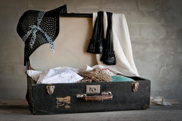 Valise ouverte avec de vieilles choses
