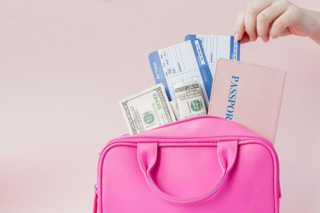Valise rose de voyageur et document de passeport, sac à main sur rose
