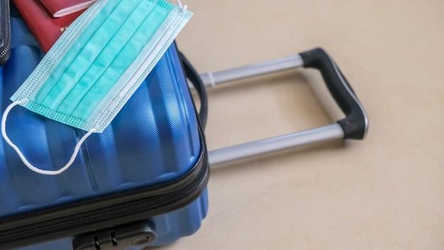 Valise verte collectée pour voyager pendant la pandémie de covid