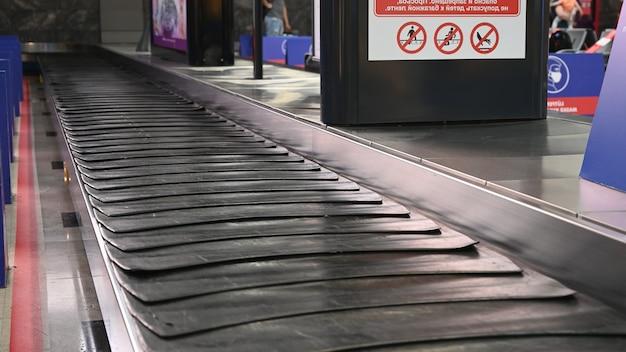Valise vide ou bagages avec tapis roulant à l'aéroport