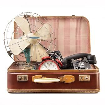Valise vintage pleine d'objets vintage