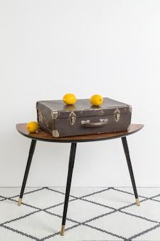 Valise vintage et quelques citrons