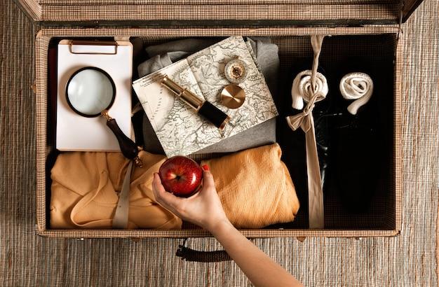 Valise vintage vue de dessus avec des vêtements décontractés