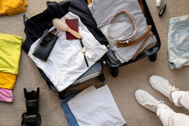 Valise de voyage et emballage des préparatifs