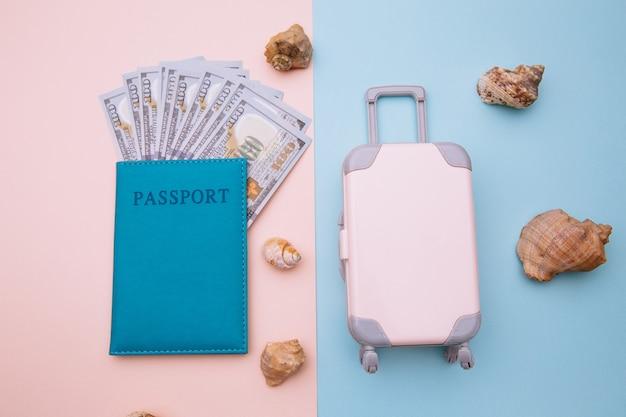 Valise de voyage et passeport avec de l'argent