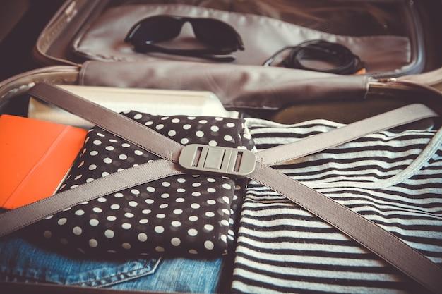 Valise de voyage vintage ouverte pleine de vêtements