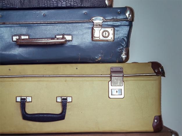 Valises antiques minables dans une pile, malles vintage
