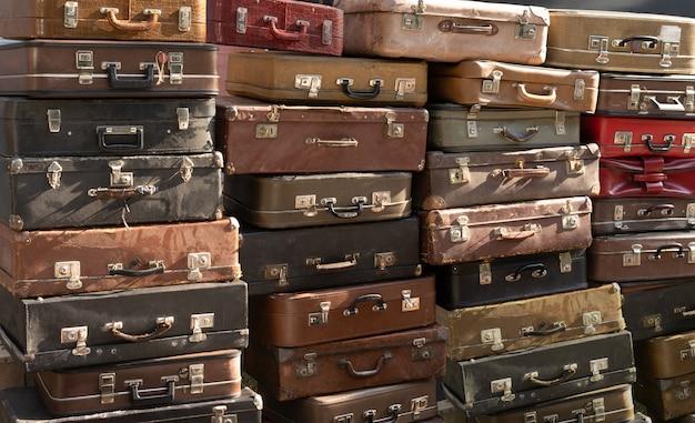 Valises en cuir patiné vintage les unes sur les autres