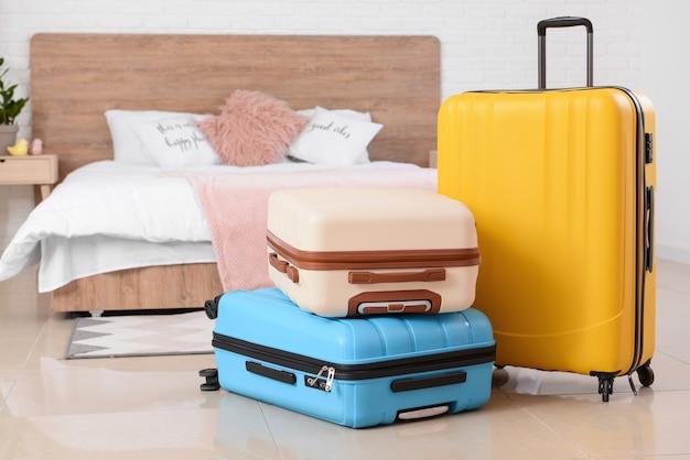 Des valises emballées dans la chambre