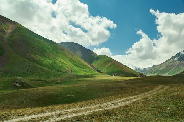 Vallée d'alay de la région d'osh, kirghizistan, montagnes du pamir au kirghizistan