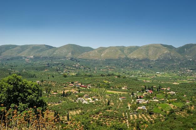 Une vallée avec une colonie au centre de l'île de zakynthos. grèce