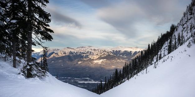 Vallée couverte de neige avec des montagnes en hiver, kicking horse mountain resort, golden, colombie-britannique
