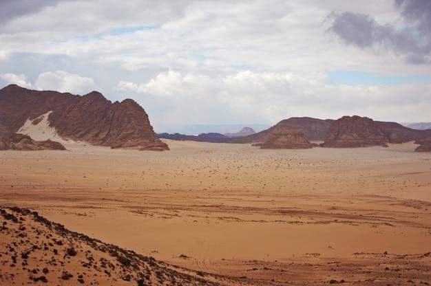 Vallée dans le désert du sinaï avec des dunes de sable et des montagnes