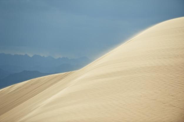 Vallée dans le désert du sinaï avec des dunes de sable