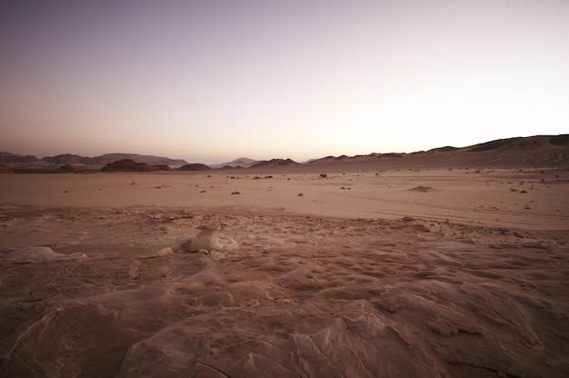 Vallée dans le désert du sinaï avec montagnes et soleil