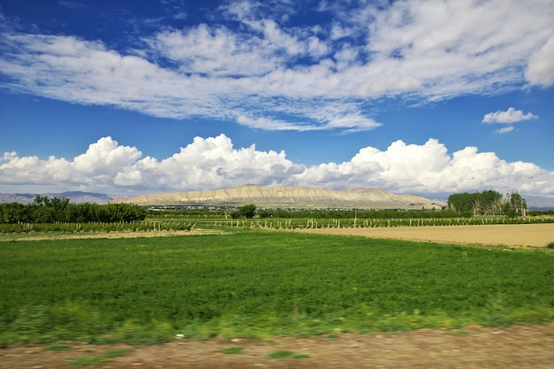 La vallée dans les montagnes du caucase d'arménie