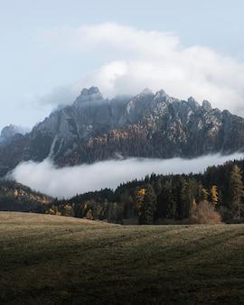 Vallée des dolomites enveloppée de brume