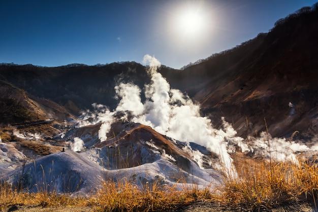 Vallée de l'enfer jigokudani au lever du soleil, noboribetsu