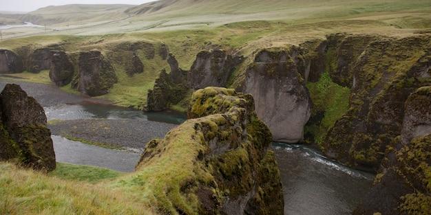 Vallée des gorges traversant des prairies de falaises abruptes et érodées