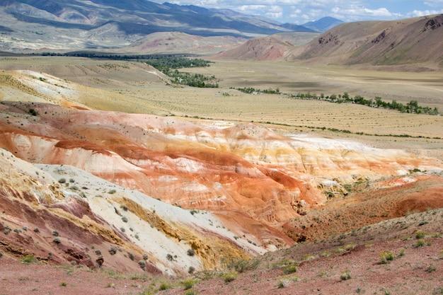 Vallée de mars dans les montagnes de l'altaï. le tract kyzyl chin. région de kosh-agach