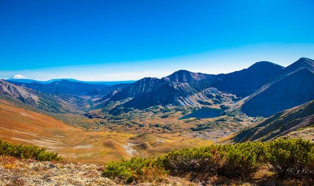 Vallée de montagne dans le cratère d'un volcan éteint au kamchatka.