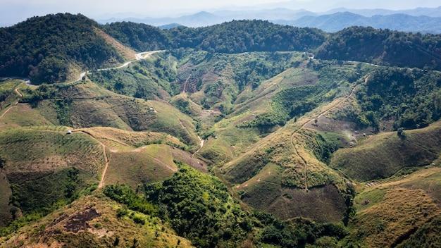 Vallée de montagne de paysage de vue aérienne et au-dessus du fond abstrait de route de la caméra de drone