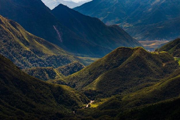 Vallée de montagne pendant le lever du soleil. paysage d'été naturel