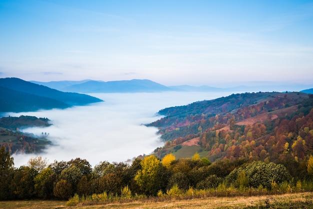 Vallée de montagne pittoresque et ciel bleu