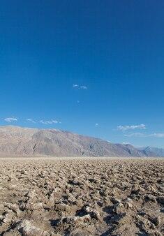 Vallée de la mort, californie. le devil's golf course pointe au milieu du désert.