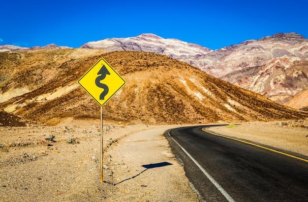 Vallée de la mort, californie. route au milieu du désert