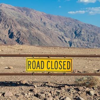 Vallée de la mort, californie. signe de route fermée au milieu du désert.