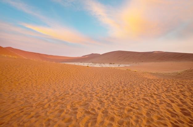 Vallée morte en namibie au coucher du soleil