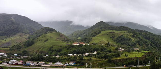 Vallée peuplée du caucase du nord en russie. maisons parmi les collines et les montagnes.