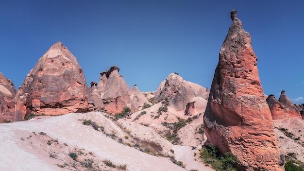 Vallée pleine de formations rocheuses uniques en cappadoce, turquie