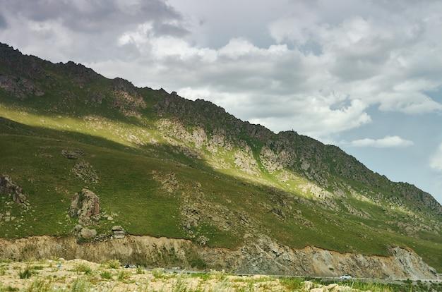 Vallée de suusamyr, paysage de montagne. kirghizistan.