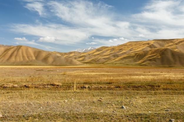 Vallée de suusamyr, paysage de montagne. kojomkul naryn region kirghizistan