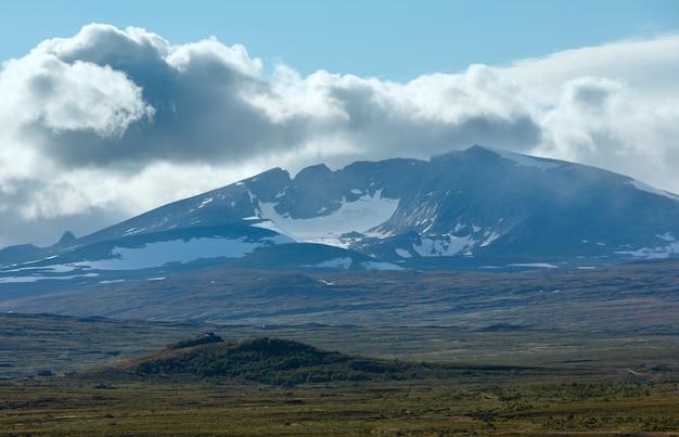 Vallée de la toundra des montagnes du nord de la norvège et montagne au loin
